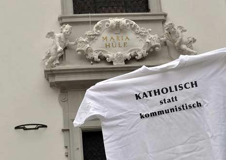 T-Shirt-Aktion Katholischer Couleurstudenten fortgesetzt; Wien, Mariahilferkirche; Bild: Schneeweiß-Arnoldstein 2009